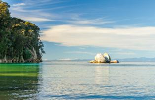Neuseeland shutterstock New Zealand_Abel Tasman National Park_SplitAppleRock_shu